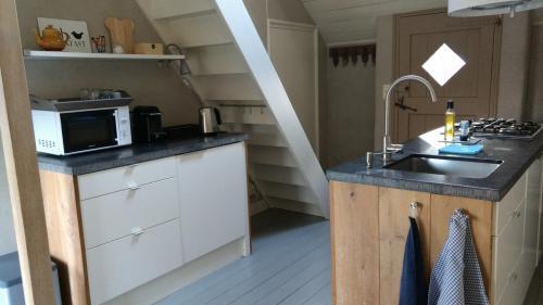Volledig ingerichte keuken, inclusief 4-pits gasfornuis, vaatwasser en magnetron